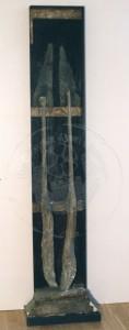 Brust , Remco KS 224 1961 Uden - Nijmegen/Nimwegen/NL o.T. Skulptur, Holz, Gips, Teer, Acryl 1989 210x40 210x40 Stele, div. Gipsfarbabplatzungen, besonders am sockel, starker Restaurierungsbedarf A