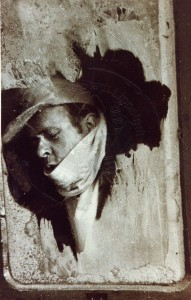 KS 236 Otto Umbehr (Künslername UMBO) 1902 Düsseldorf - 1980 Hannover o.T: (Heimkehrer mit Kinnbinde hinter vereistem Zugfenster) Grafik 1945/46/1989 31x23,8 41,5x31,5 Heimkehrer mit Kinnbinde hinter vereistem Zugfenster, Darst. 24,3x15,6cm Figur