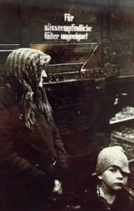 KS 237 Otto Umbehr (Künslername UMBO) 1902 Düsseldorf - 1980 Hannover o.T: (Frau mit Kind vor Güterwaggon) Grafik 1945/46/1989 31x23,8 41,5x31,5 Frau mit Kind vor Güterwaggon, Darst. 24,2x15,6cm Figur