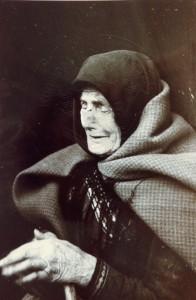 KS 238 Otto Umbehr (Künslername UMBO) 1902 Düsseldorf - 1980 Hannover o.T: (Weinende alte Frau) Grafik 1945/46/1989 31x23,6 41,5x31,5 Weinende alte Frau, Darst. 23x15,5cm Figur